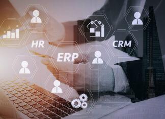 Właściciel przedsiębiorstwa szukający informacji na temat różnic między systemem ERP i CRM